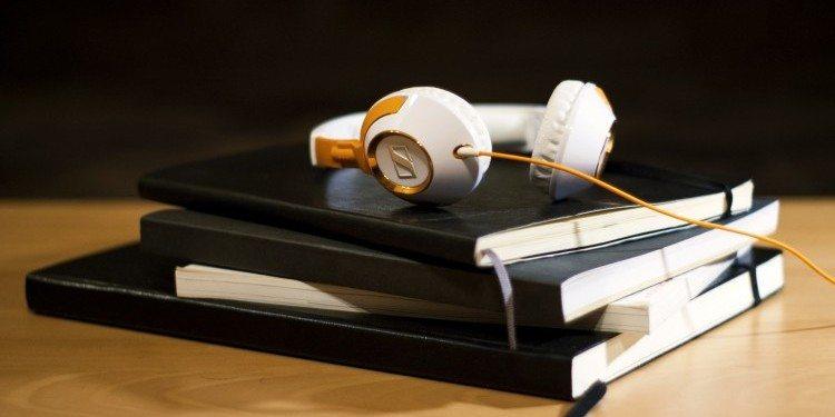 headphones-925799_1920